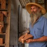 Tatão com os tijolos de suásticas da fazenda Santa Albertina_1