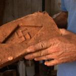 Tatão com os tijolos de suásticas da fazenda Santa Albertina_2